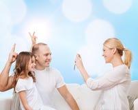 Lycklig familj med den hemmastadda kameran Arkivfoto