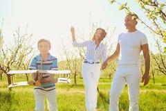 Lycklig familj med det fria för ett barn i sommar arkivbild