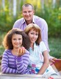 Lycklig familj med dottern på höstpicknick Royaltyfria Foton