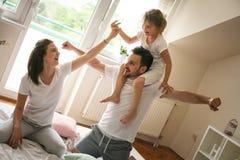 Lycklig familj med en dotter som hemma spenderar tid arkivfoton