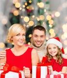 Lycklig familj med gåvaaskar Arkivfoto