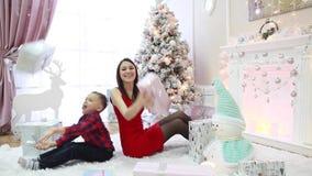 Lycklig familj med gåvor för nytt år i den festliga inre lager videofilmer