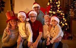 Lycklig familj med gåvor på xmas arkivbild