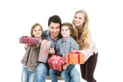 Lycklig familj med gåvaaskar Den lyckliga mannen tycker om på ferier på havet Royaltyfria Bilder