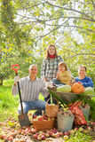 Lycklig familj med   i grönsakträdgård Royaltyfri Bild