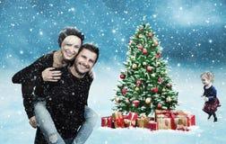 Lycklig familj med julgranen Arkivfoton
