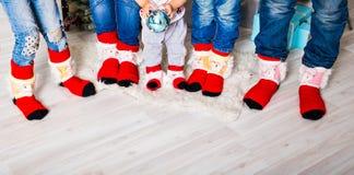 Lycklig familj med julsockor Begrepp för vinterferie royaltyfri foto