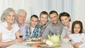 Lycklig familj med kakan royaltyfri fotografi