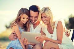 Lycklig familj med minnestavlaPC:n som tar bilden Royaltyfria Foton