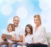 Lycklig familj med minnestavlaPCdatorer Arkivfoton