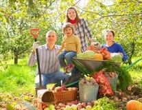 Lycklig familj med skörden Royaltyfria Bilder