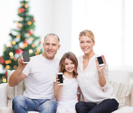 Lycklig familj med smartphones Royaltyfri Foto