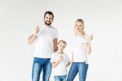Lycklig familj med tandborstar Royaltyfria Bilder