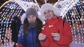 Lycklig familj med tomtebloss på natten för julparti i staden lager videofilmer