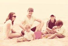 Lycklig familj med tre ungar arkivbilder