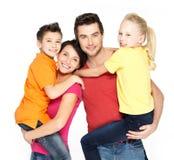 Lycklig familj med två skolbarnbarn fotografering för bildbyråer
