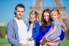 Lycklig familj med två ungar i Paris nära Eiffeltorn royaltyfri fotografi
