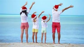 Lycklig familj med två ungar i Santa Hat på Xmas-semester arkivfilmer