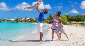 Lycklig familj med två ungar på sommarsemester Arkivfoto