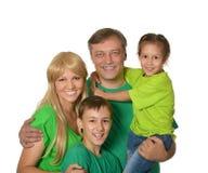 Lycklig familj med unga barn på en vit bakgrund royaltyfri foto