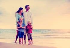 Lycklig familj med unga ungar Fotografering för Bildbyråer
