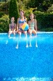 Lycklig familj med ungar som har gyckel i simbassäng på semester Royaltyfria Foton