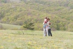 Lycklig familj med ungar som tycker om fri tid på naturlig backg Royaltyfri Fotografi