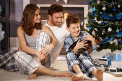 Lycklig familj med valpen Fotografering för Bildbyråer