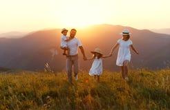 Lycklig familj: moder, fader, barn son och dotter på sunse arkivbilder