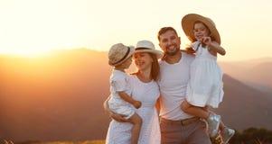 Lycklig familj: moder, fader, barn son och dotter på sunse arkivfoto