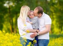 Lycklig familj - moder, fader och den lilla sonen Arkivfoton