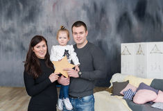 lycklig familj Moder fader, ungedotter på studion royaltyfri fotografi