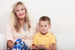 lycklig familj Moder och unge på soffan hemma Royaltyfri Bild
