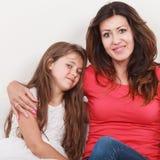 lycklig familj Moder och unge på soffan hemma Fotografering för Bildbyråer