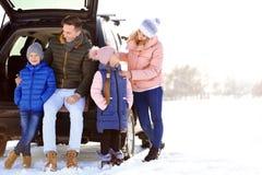 Lycklig familj nära bilen på dag royaltyfri bild