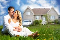 Lycklig familj nära nytt hus. Fotografering för Bildbyråer