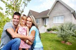 Lycklig familj nära nytt hus arkivfoton