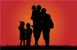 Lycklig familj och en härlig solnedgång Royaltyfri Fotografi