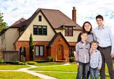 Lycklig familj och hus fotografering för bildbyråer