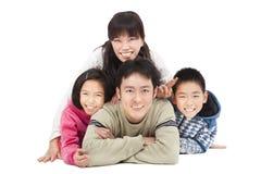 Lycklig familj och isolerat royaltyfri fotografi