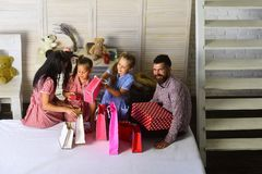 Lycklig familj och shoppingbegrepp arkivbilder