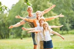 Lycklig familj- och ungejämvikt arkivfoto