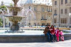 Lycklig familj om springbrunnen Royaltyfria Bilder