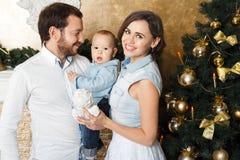 Lycklig familj på cristmas Fotografering för Bildbyråer