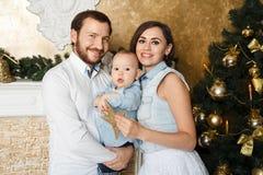 Lycklig familj på cristmas Arkivfoto