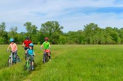 Lycklig familj på cyklar Fotografering för Bildbyråer