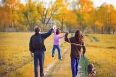 Lycklig familj på en gå arkivfoton