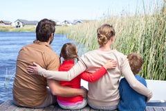 Lycklig familj på en sjö arkivfoton