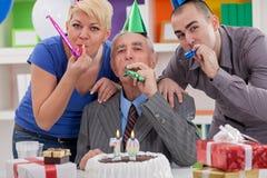 Lycklig familj på födelsedag Arkivfoton