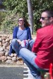 Lycklig familj på gungor arkivfoto